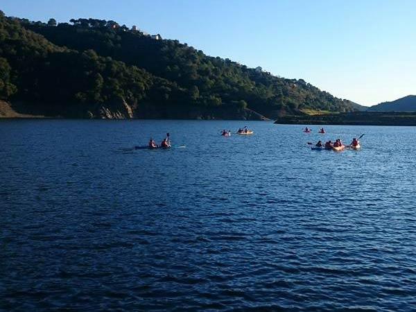 Team4you Galería de fotos Canoa y Kayak. Salida en  Kayak en el lago de Istán cercano a Marbella ofrece un día de relax a tus amigos.