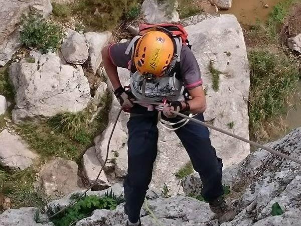 Team4you Galería de fotos Via Ferrata subir una escaleras de hierro, ubicados en las paredes de la montaña.