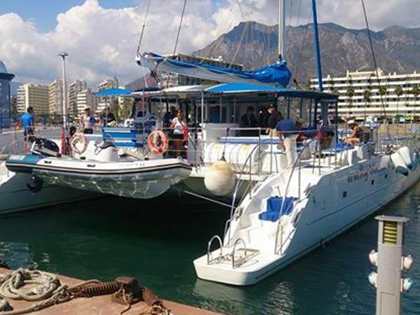 Team4you Galería de fotos Eventos corporativos Catamarán o regatas de vela, Navegando a lo largo de la Costa del Sol en un catamarán situado en Marbella.