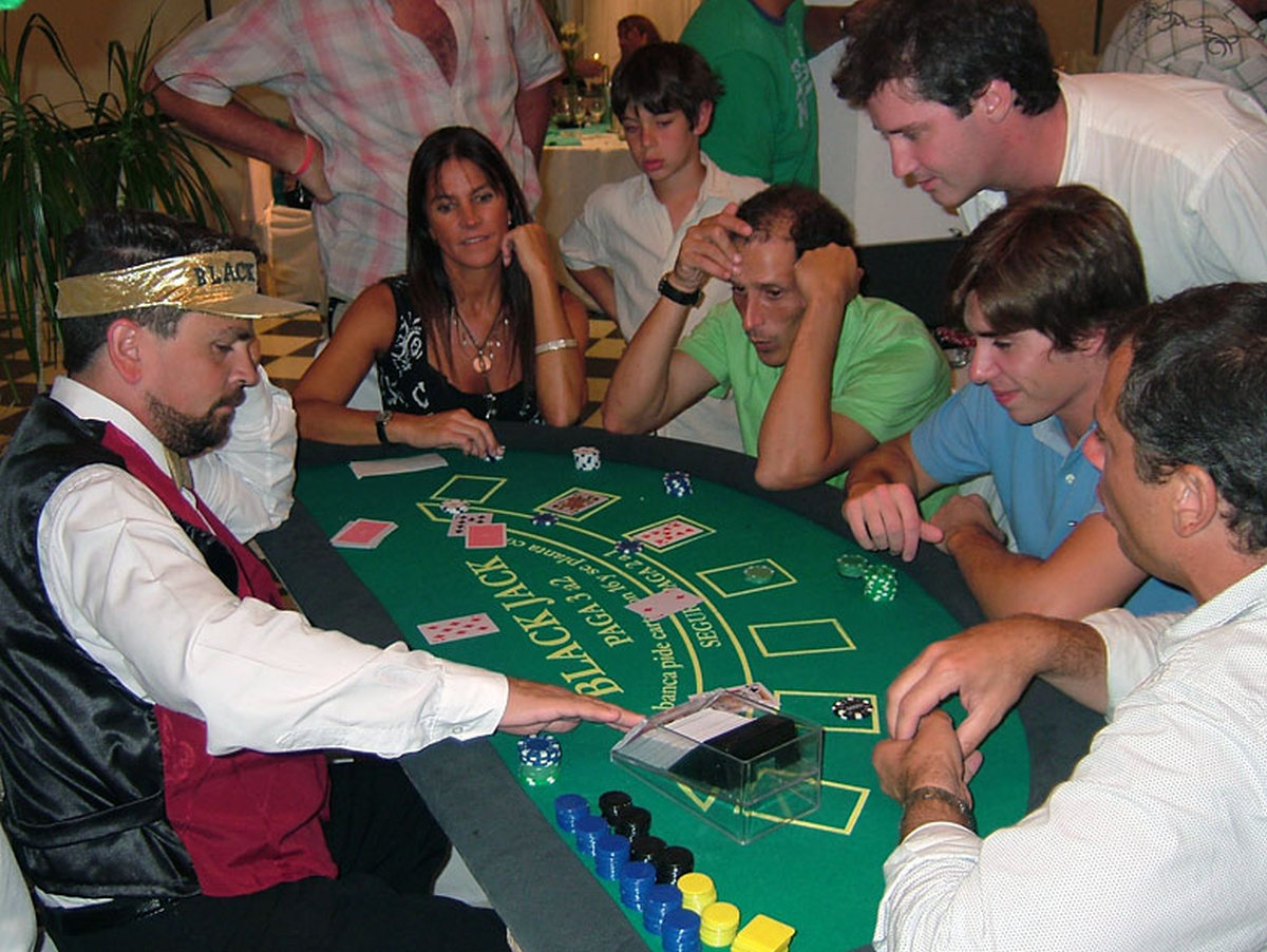 CASINO PARTIES Marbella Event by recreating a Las Vegas Casino. Professional dealers and card tables. 05 | Team4you